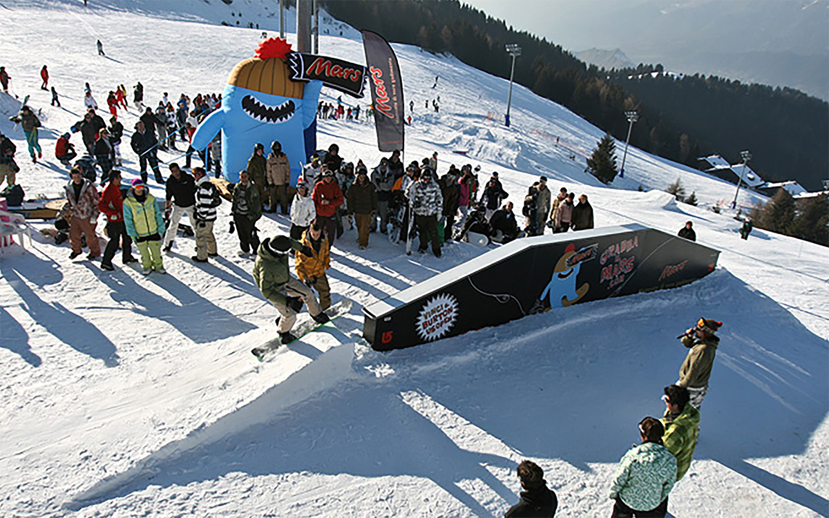 TANDEM_Communication_Partner_EVENTI_e_TEMPORARY_Mars_Grabba_Burton_Snowboard